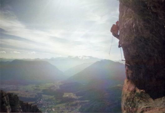 Stefan klettert den Gipfel Pfeiler