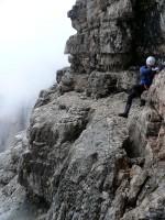 Kasi klettert ums Eck auf einer Fels-Schuppe